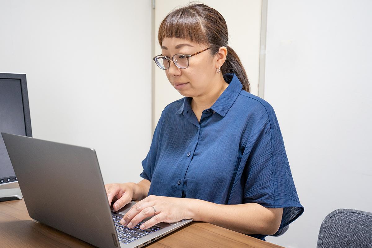 PC作業 ライター・ディレクター YUKIE YORIYORK